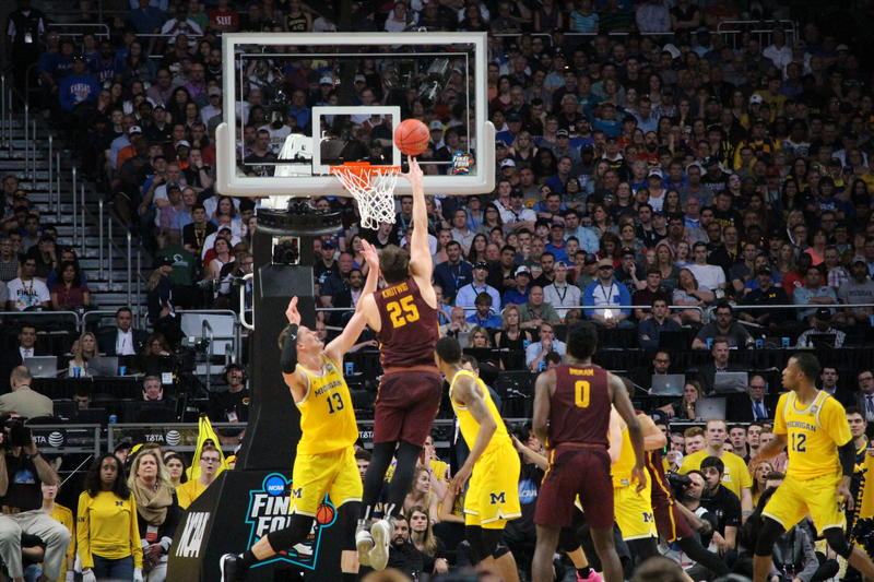 Cameron Krutweig scores at the buzzer to give #Loyola a 29-22 halftime lead
