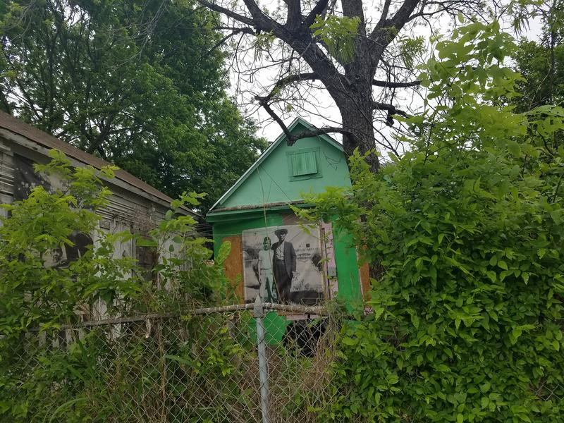 Fotohistoria displayed on a Westside home