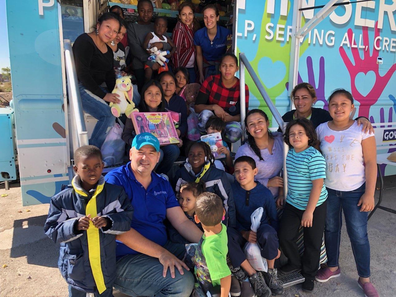 c55f21ef655 San Antonio Volunteers Aid Asylum-Seekers Recently Released In El ...