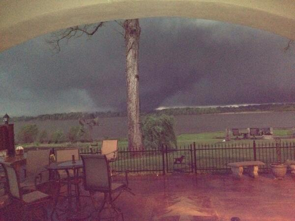 Tornado crosses Arkansas River near Vilonia