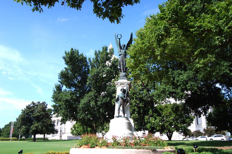 The monument to the soldiers of the Confederacy.
