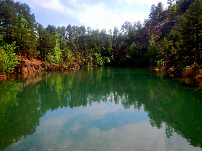 Due to the high acidity, no fish or other life forms, except blue green algae, live in the green water Quarry Pond.