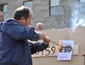 Former Governor Brian Schweitzer brandishing his veto branding iron