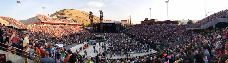 25,000 + fans getting ready for show time