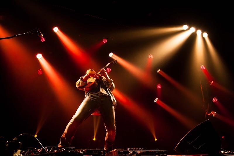 Jake Shimabukuro performing live.
