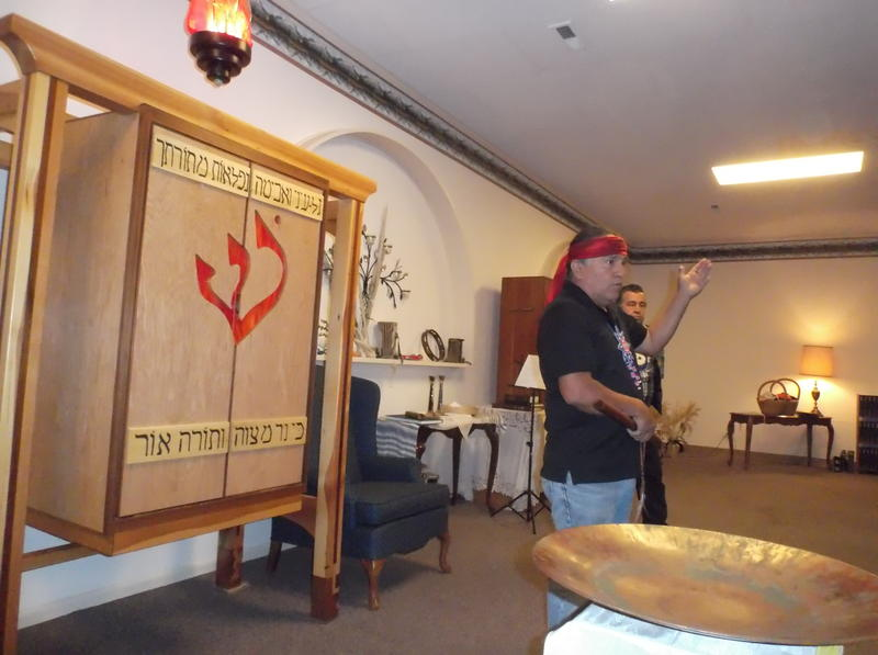 Lummi Carver Jewell James speaking at Har Shalom Synagogue