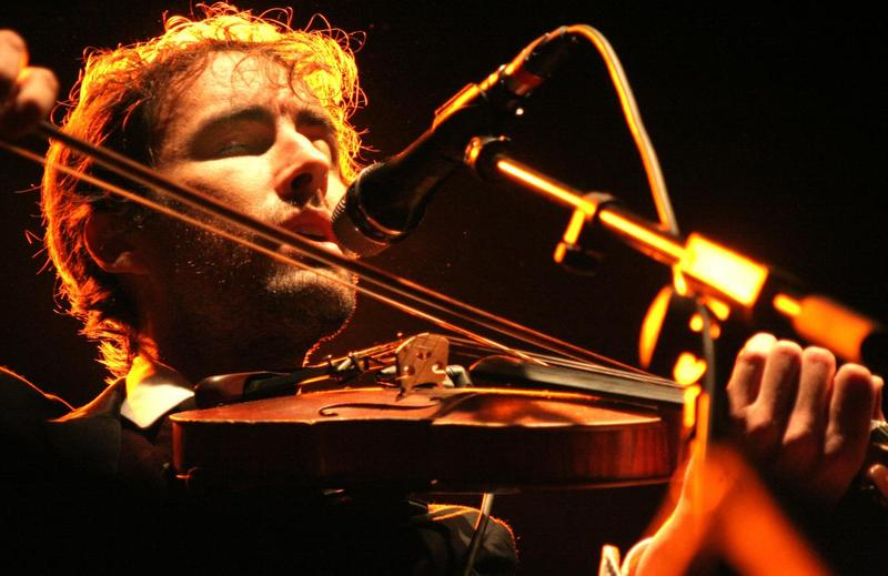 Andrew Bird with violin, 2009. Credit Dani Cantó (CC-BY-SA-2)