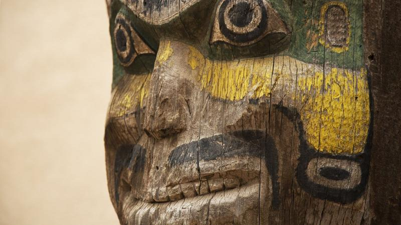 A detail of the totem pole before its restoration