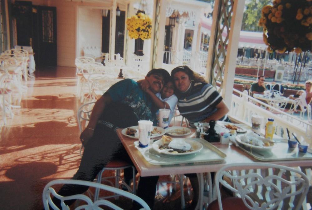 Hugo (izquierda), Victor (centro) y Yolanda (derecha) reunidos en familia en los Estados Unidos cuando Victor era joven.Foto cortesía de la familia Alcantara
