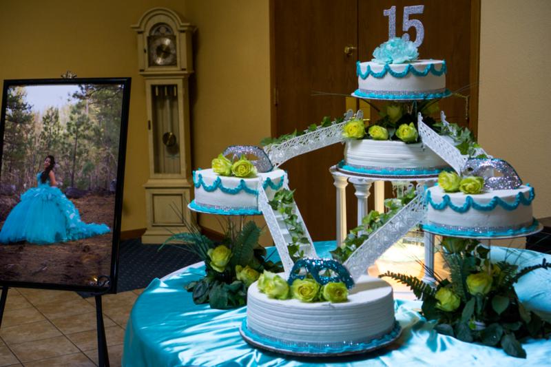 El pastel no es un pastel regular de cumpleaños. Cuesta$500-$2,000 dolares y es para lo menos 200 personas
