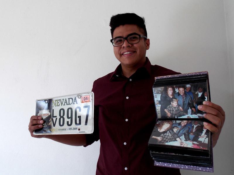 Victor Hugo Manuel Alcantara con recuerdos de sus años creciendo en los EE.UU. Foto cortesía de Guillermo Bautista.