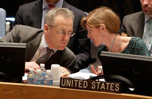 US Ambassador Samantha Power talks with British delegate Michael Tatham in the UN Security Council, Aug. 29, 2013. UN Secretary-General Ban Ki-moon said the Inspection team in Syria is expected to complete its work Friday and report to him Saturday.