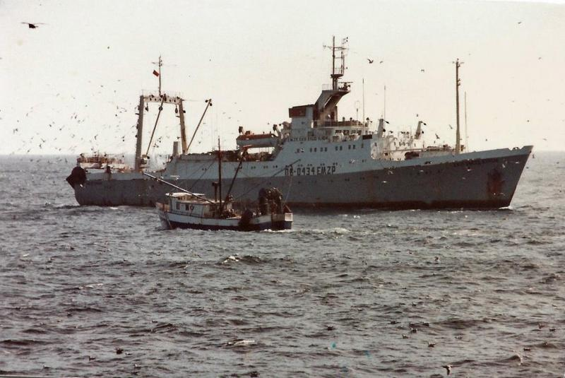 An American catcher boat approaches a Soviet processing vessel (1979).