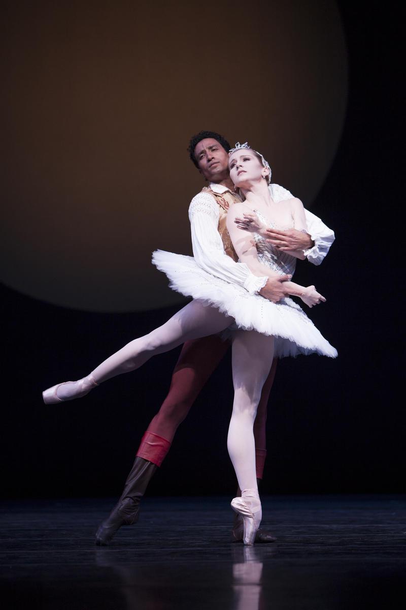 Karel Cruz and Carla Korbes perform in
