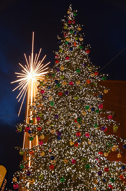the christmas tree in front of macys in downtown seattle - Is Macys Open On Christmas
