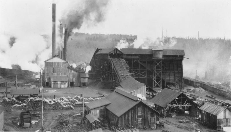 Mine #11 in Black Diamond supported a workforce of 400-500 people, underground and on the surface. This mine operated from 1896 to 1927. Photo is from 1904.