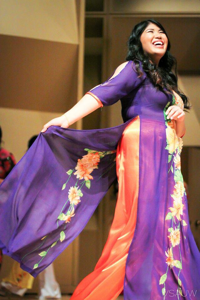 A contestant in the Miss Hoa Khoi Lien Truong 2015 contest
