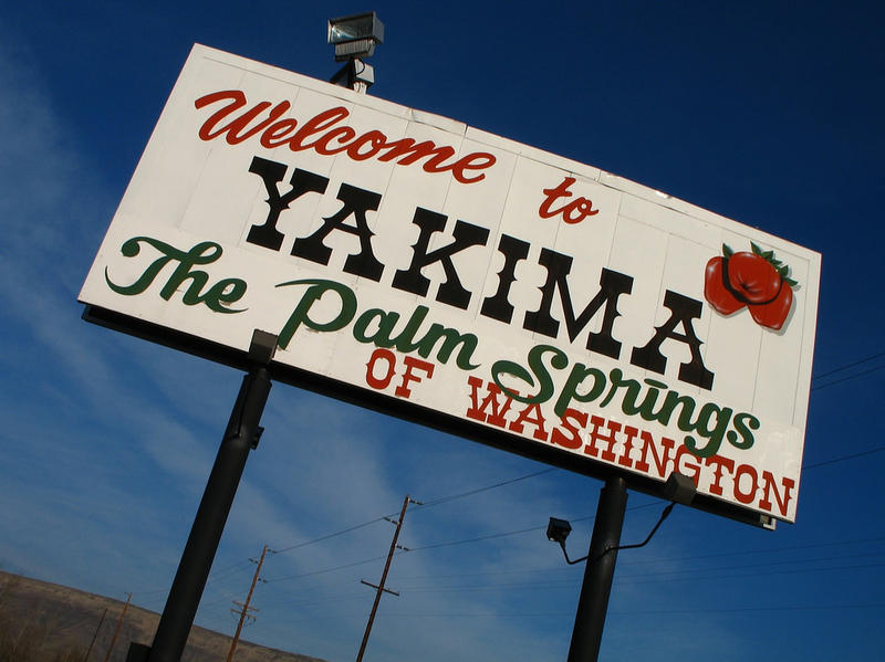 A sign on Interstate 82 welcomes visitors to Yakima