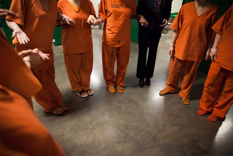 A new report from the Center for Public Policy Priorities suggests if Texas spends more money on peer support groups in county jails, the recidivism rate would drop.