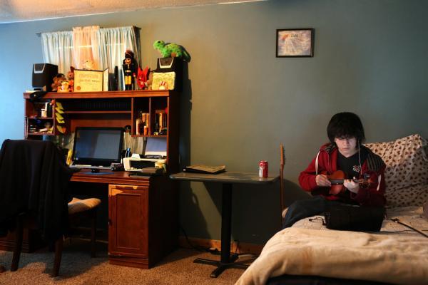 Isay practicing the violin at home.