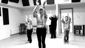 Lindsey teaches Ali Lightfoot, Liza Eller and Cristina Rankin a dance!