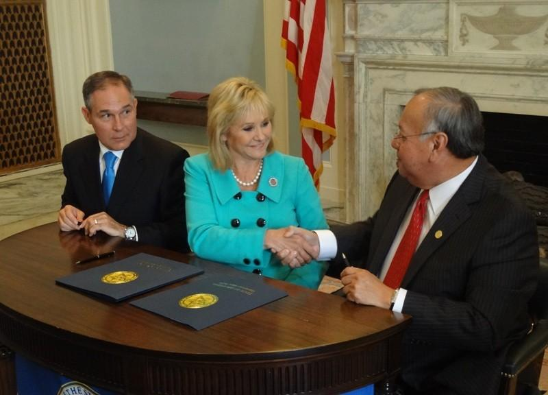 AG Scott Pruitt, Governor Fallin and Creek Chief George Tiger sign the agreement
