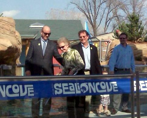Peggy Helmerich cuts the ribbon dedicating the Helmerich Sea Lion Cover at the Tulsa Zoo