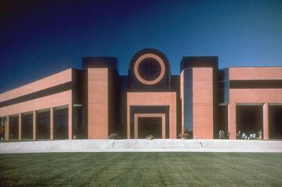 The main headquarters building at U.S. Army Fort Leonard Wood. (via Wikimedia Commons / DanMS)