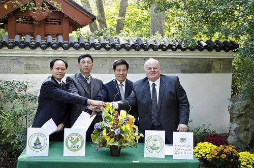 Peter Wyse Jackson (far right), and officials from three Chinese botanical institutions pose for a photo following the signing of a memorandum of understanding regarding an exchange agreement between their institutions.