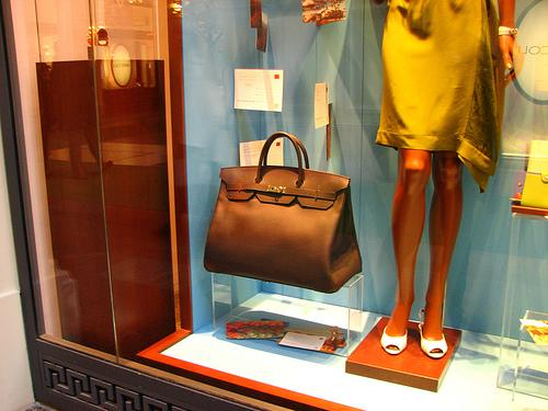 A Hermés shop in Moscow displaying items for sale in its window, including a handbag, in 2009. A St. Louis woman has pleaded guilty to selling counterfeit versions of Hermés handbags to over 100 people worldwide.