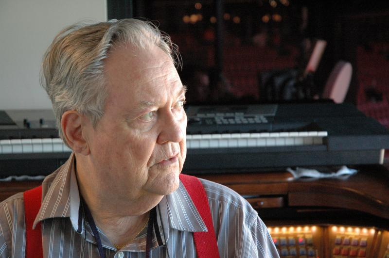 Ernie Hays, longtime St. Louis sports organist has died at the age of 77.