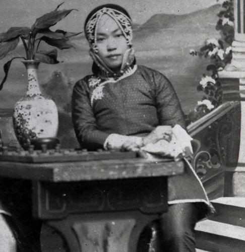 The picture of Amy Tan's grandmother that led Tan to wonder if  her grandmother was a courtesan, circa 1910.