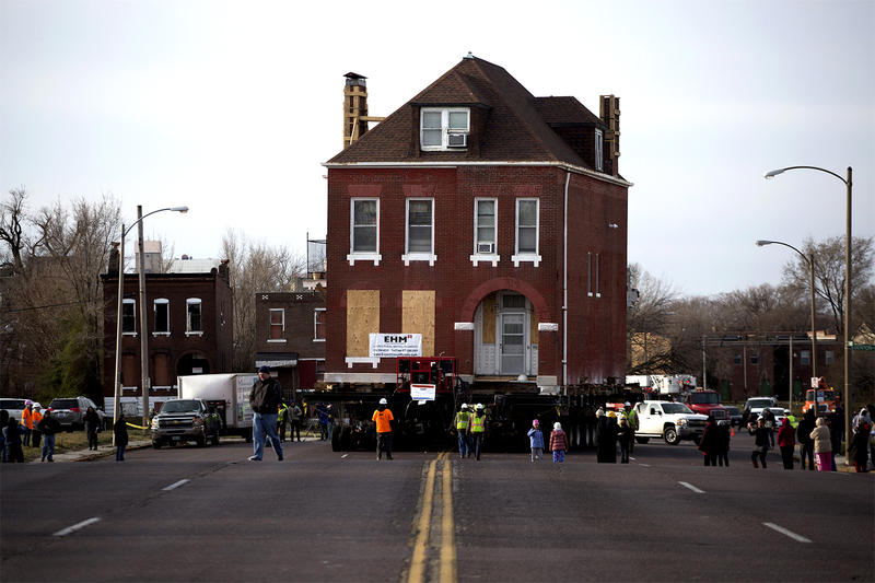 Contractors move the house north on Jefferson Avenue on Sunday morning. (Feb. 26, 2017)