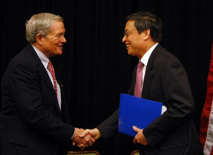 U.S. Senator Kit Bond and Chinese Ambassador Zhou Wenzhong