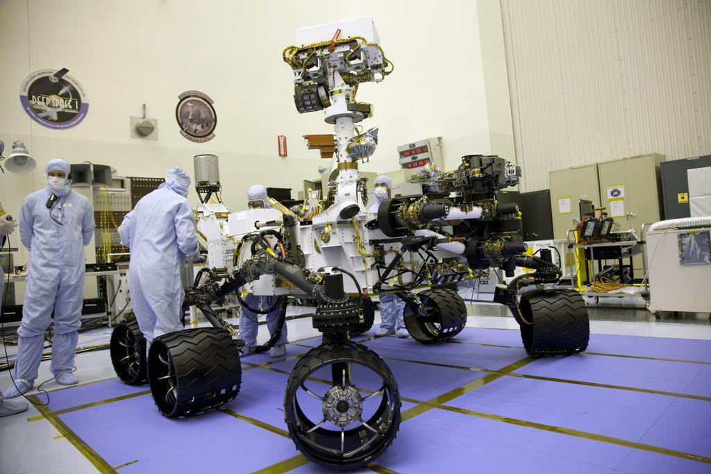curiosity reaches mars tonight wash u researcher helps rover   a body that s more than 9 feet wide and 9 feet long the nasa mars rover curiosity is much bigger than the older mars exploration rovers spirit and