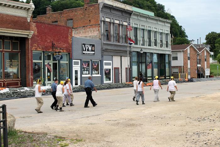 Rising Mississippi Prompts Sandbagging And Road Closures