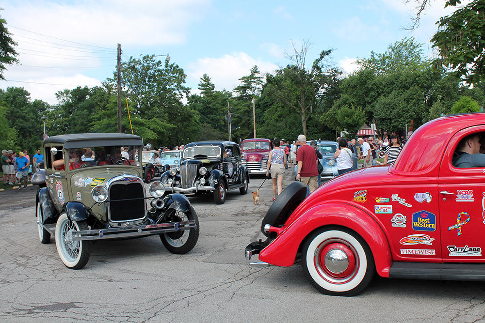 Start of classic car race along Route 66 draws crowd in