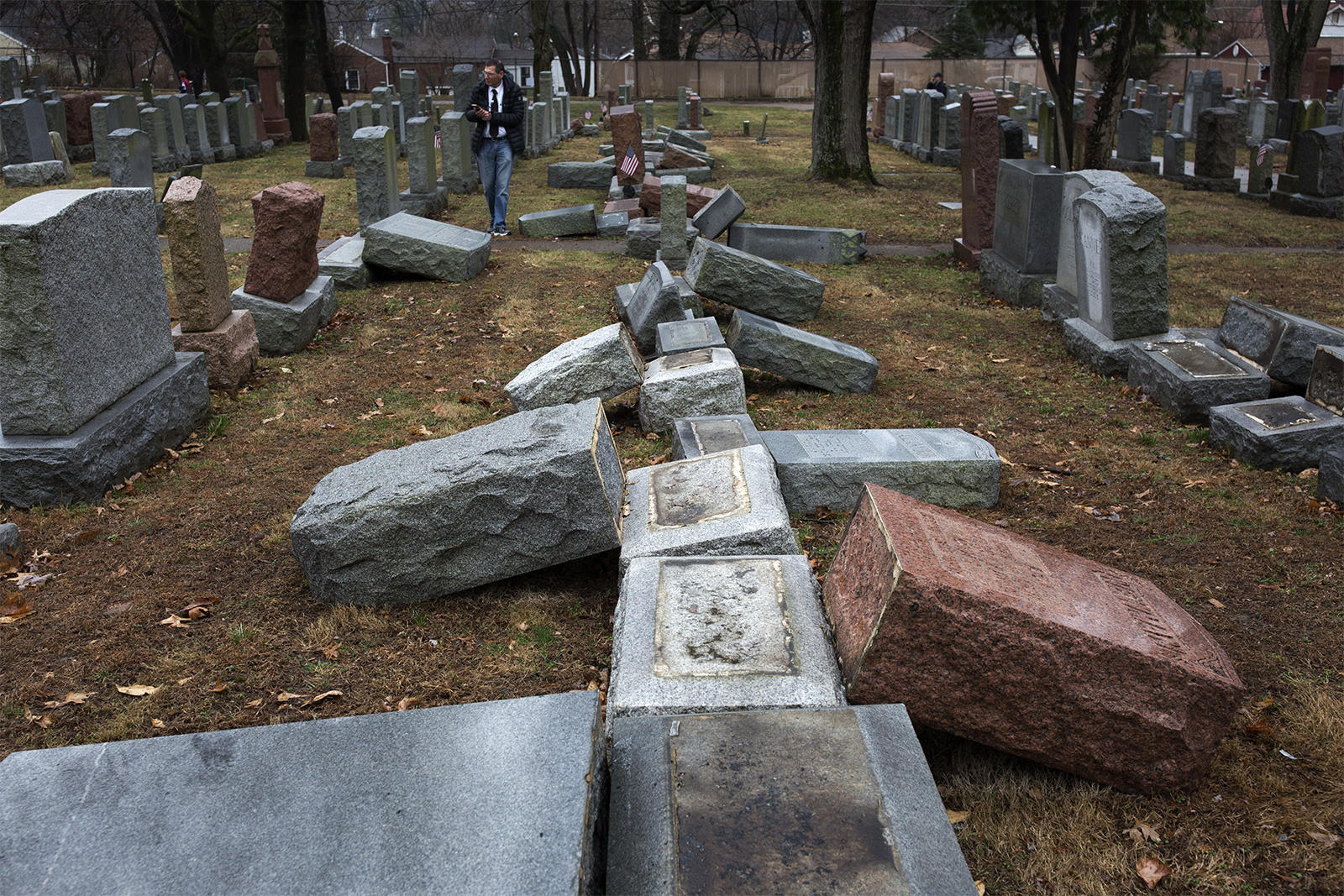 Muslim Americans fundraise to help fix  vandalised Jewish cemetery