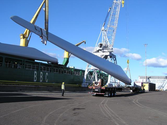 Cranes life a wind turbine blade