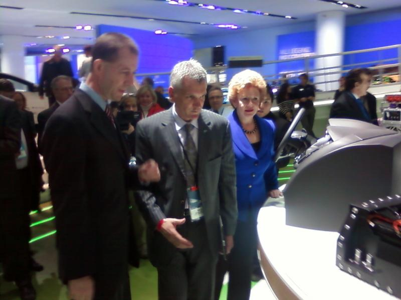 Ron Bloom and Sen. Debbie Stabenow tour Ford's exhibit at the Detroit Auto Show