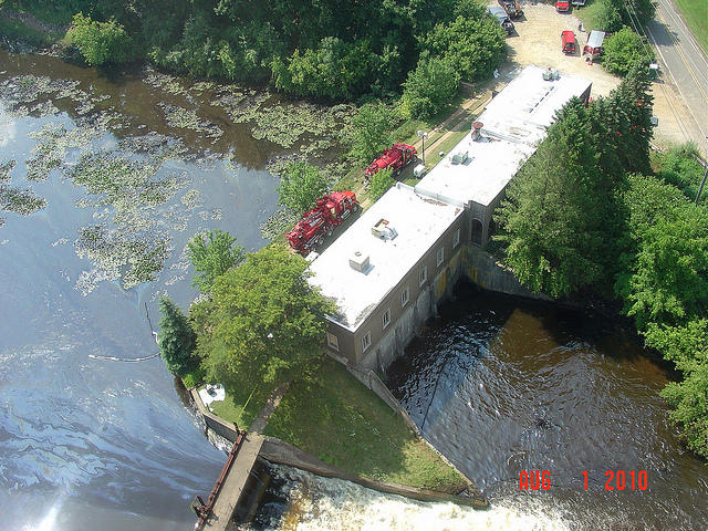 Crews at the Ceresco Dam on the Kalamazoo River in the days after the spill.