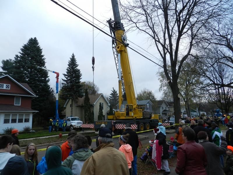 Hundreds of people turned out to see the official state Christmas tree removed from its Jackson home