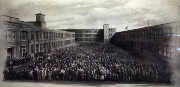 The Packard Plant and the workers in 1915.