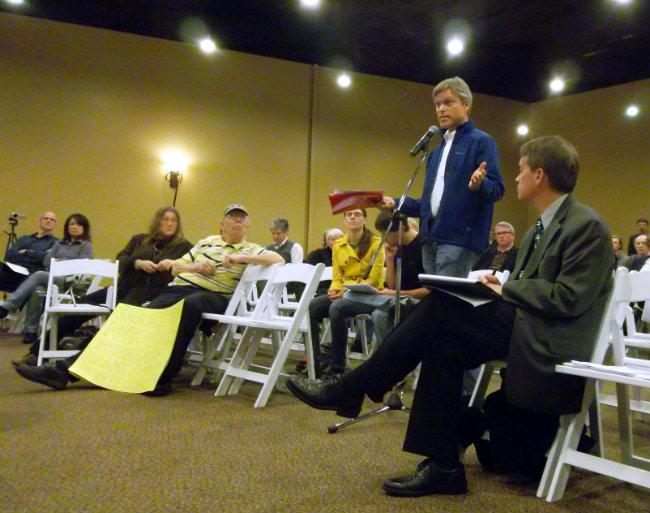 Kevin Kamps of Beyond Nuclear asks officials from NRC questions about Palisades at a meeting Tuesday night in South Haven.