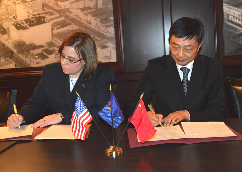 Director Clover Adams and Deputy Commissioner Xia Qianbao of the Ocean & Fisheries Bureau from the Jiangsu Province signing a Memorandum of Understanding.