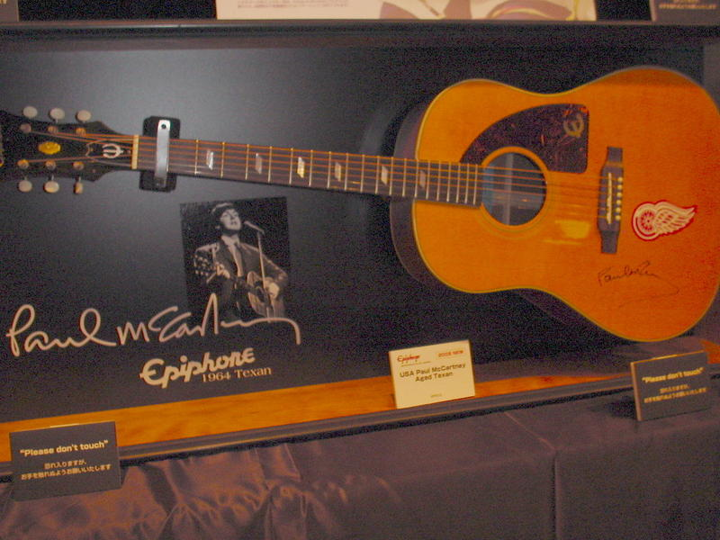 Replica of the Epiphone Texan played by Paul McCartney. McCartney played a right-handed Texan modified for left-handed play.