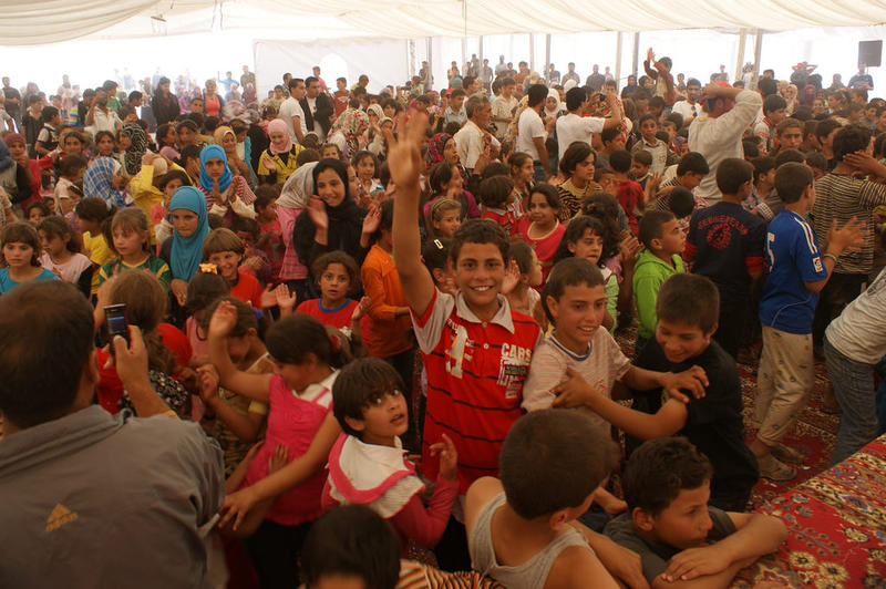 Syrian refugee children in Jordan enjoy a concert. The event was put on using funds from Brazil.