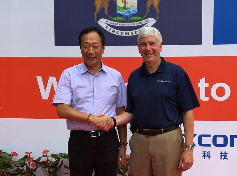 Rick Snyder and Terry Gou shaking hands