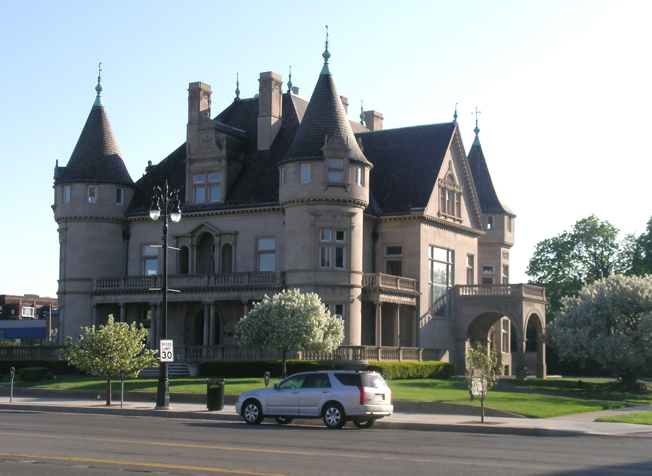 Architect louis kamper made detroit the paris of the west for Building a house in michigan