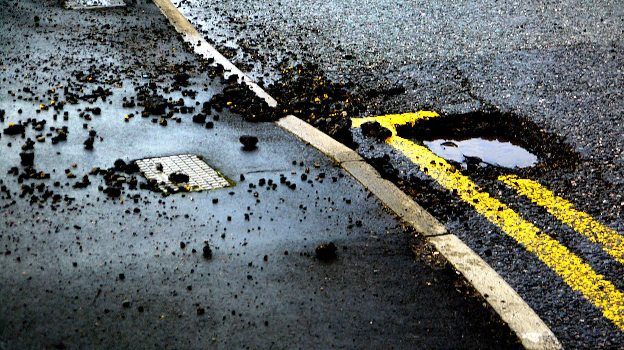 На Черкащині тривають роботи з усунення аварійної ямковості на дорогах